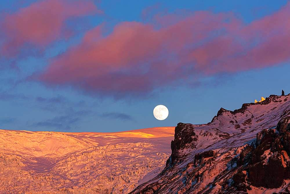 Full moon above Svinafellsjoekull, evening mood, Skaftafell National Park, Southeast Iceland, Iceland, Europe