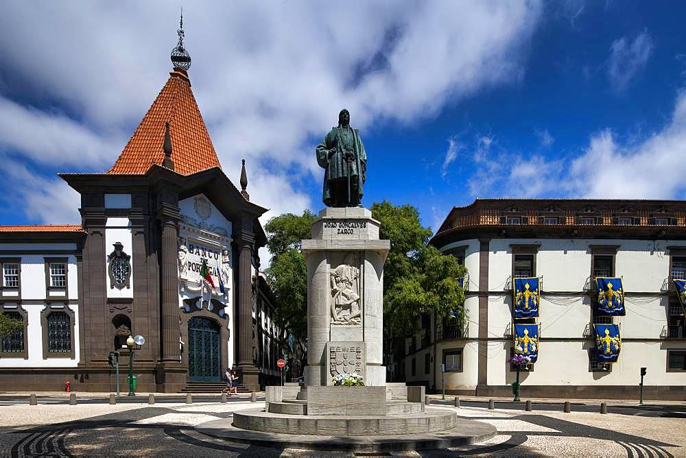 Statue of the navigator and explorer Joao Goncalves Zarco, left Bonco de Portugal, Funchal, Island Madeira, Portugal, Europe
