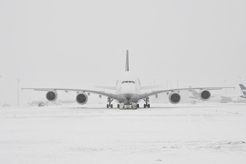 Lufthansa, Airbus, A380-800, during heavy snowfall in winter, Munich Airport, Upper Bavaria, Bavaria, Germany, Europe
