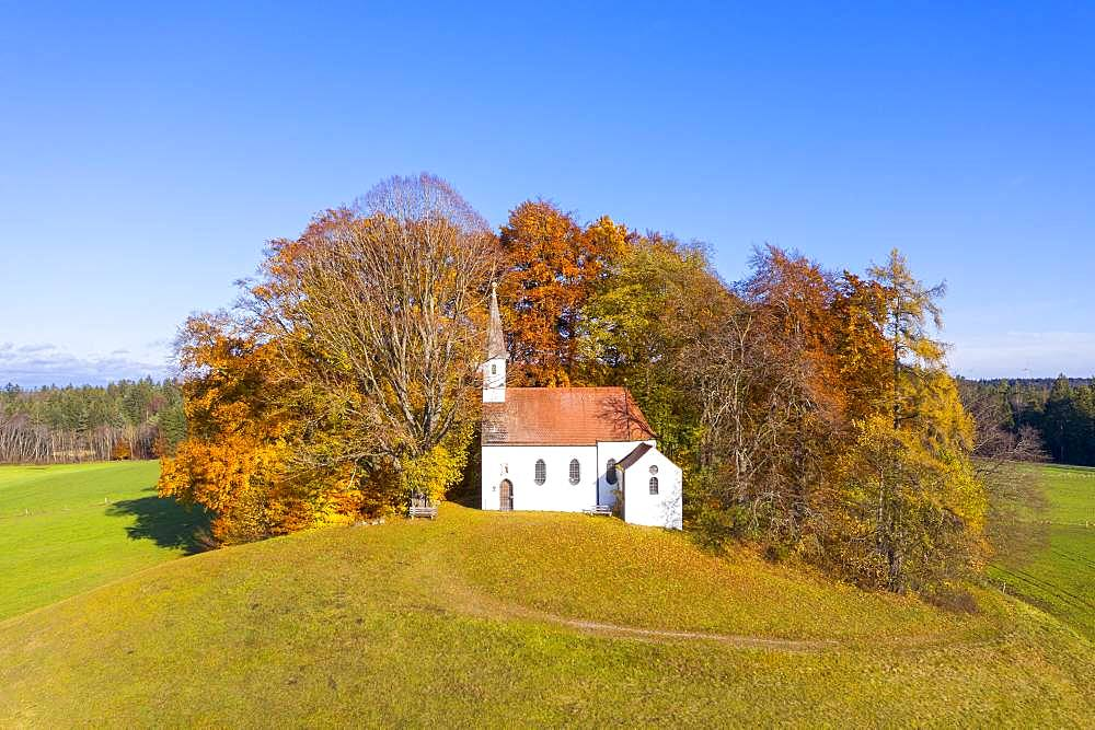 Chapel St. Koloman in autumn, Weipertshausen near Muensing, Fuenfseenland, aerial view, Upper Bavaria, Bavaria, Germany, Europe