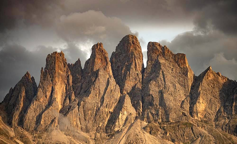 Mountain peaks of the Geisler group at sunset, Villnoesstal, Dolomites, South Tyrol, Italy, Europe