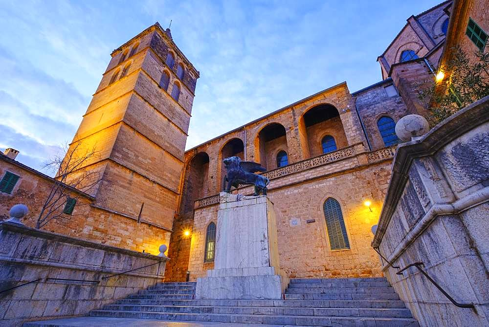 Parish church Nuestra Senyora de los Angeles and monument Lleo de Sant Marc in the church square at dusk, Sineu, Majorca, Balearic Islands, Spain, Europe