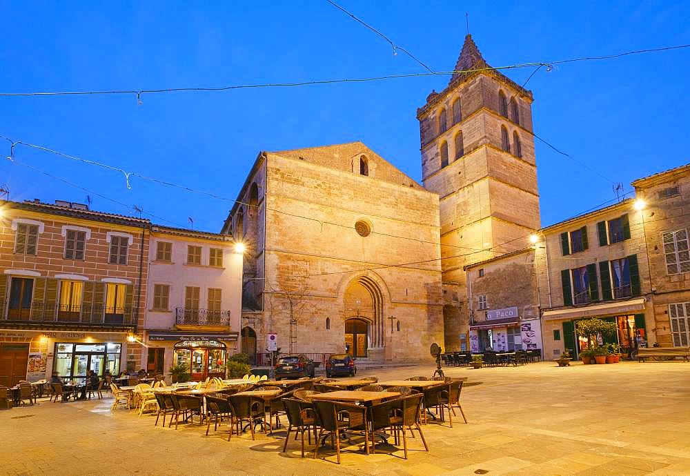 Parish church Nuestra Senyora de los Angeles and main square at dusk, Old Town Sineu, Majorca, Balearic Islands, Spain, Europe