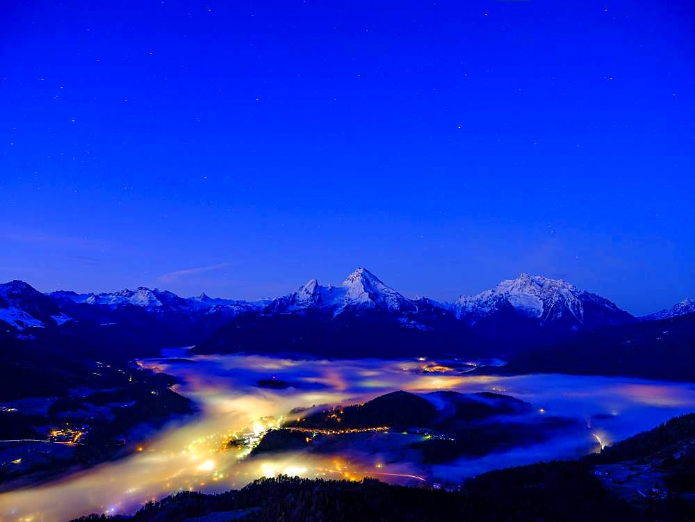 Fog in the valley basin of Berchtesgaden, behind the Steinerne Meer, Watzmann and Hochkalter, dawn, winter landscape, Berchtesgaden, Schoenau am Koenigssee, Berchtesgadener Land, Upper Bavaria, Bavaria, Germany, Europe
