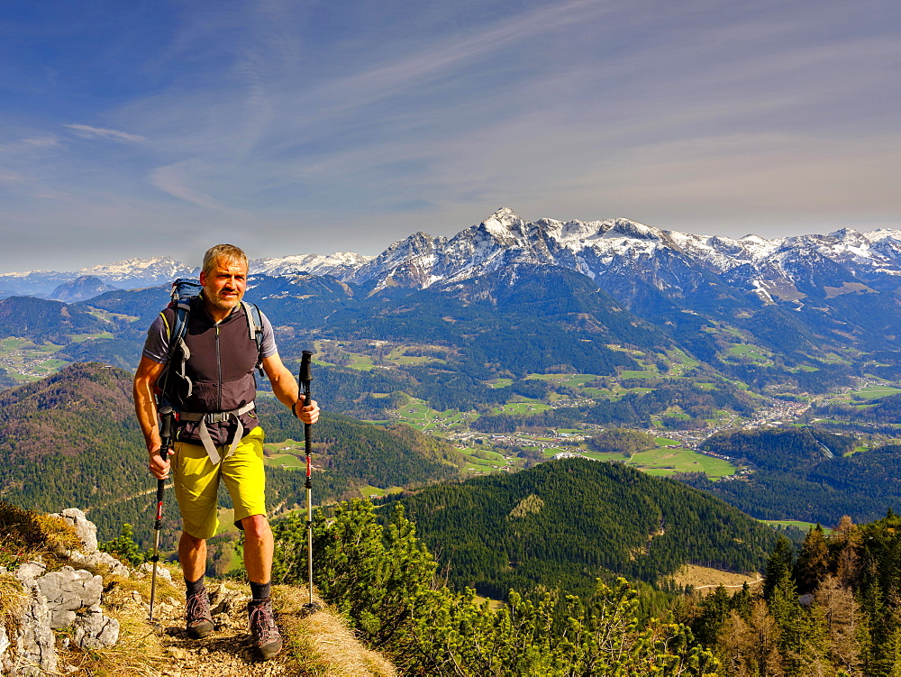 Mountaineer climbing the Rauhen Kopf, Berchtesgadener Alps, in the back mountain peak Hoher Goell, Bischofswiesen, Berchtesgadener Land, Upper Bavaria, Bavaria, Germany, Europe