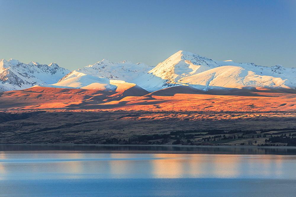 Lake Pukaki in front of snowy mountain range, Mount Cook Road Area, Tekapo, Twizel, Canterbury, New Zealand, Oceania