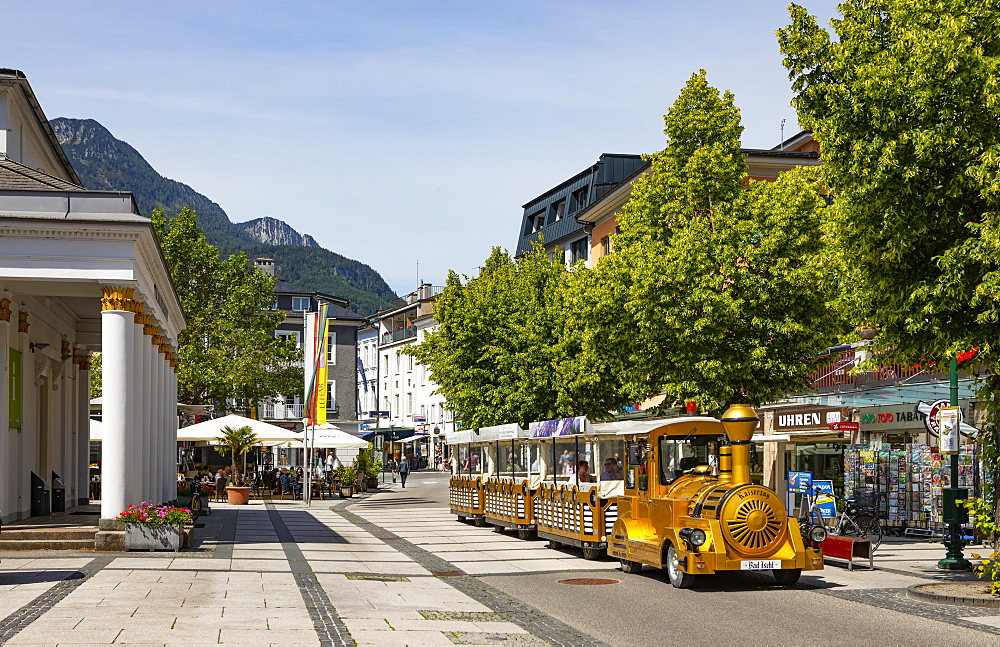 Stroll in front of the Trinkhalle in the pedestrian zone, Bad Ischl, Salzkammergut, Upper Austria, Austria, Europe