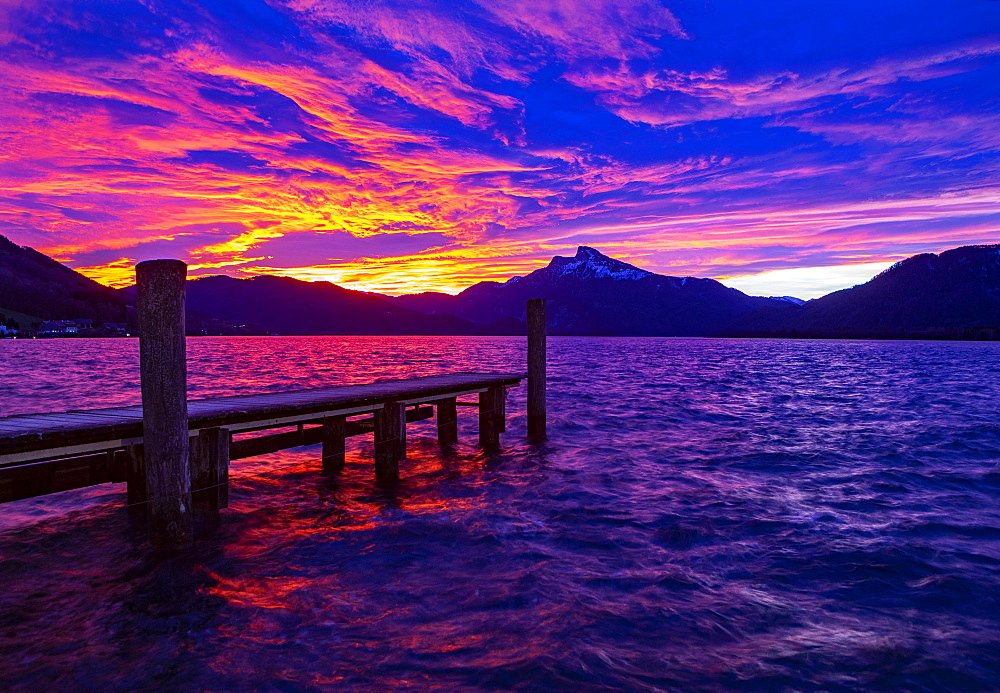 Dawn, sunrise in foehn weather at Mondsee, behind it Schafberg, Mondsee, Salzkammergut, Upper Austria, Austria, Europe
