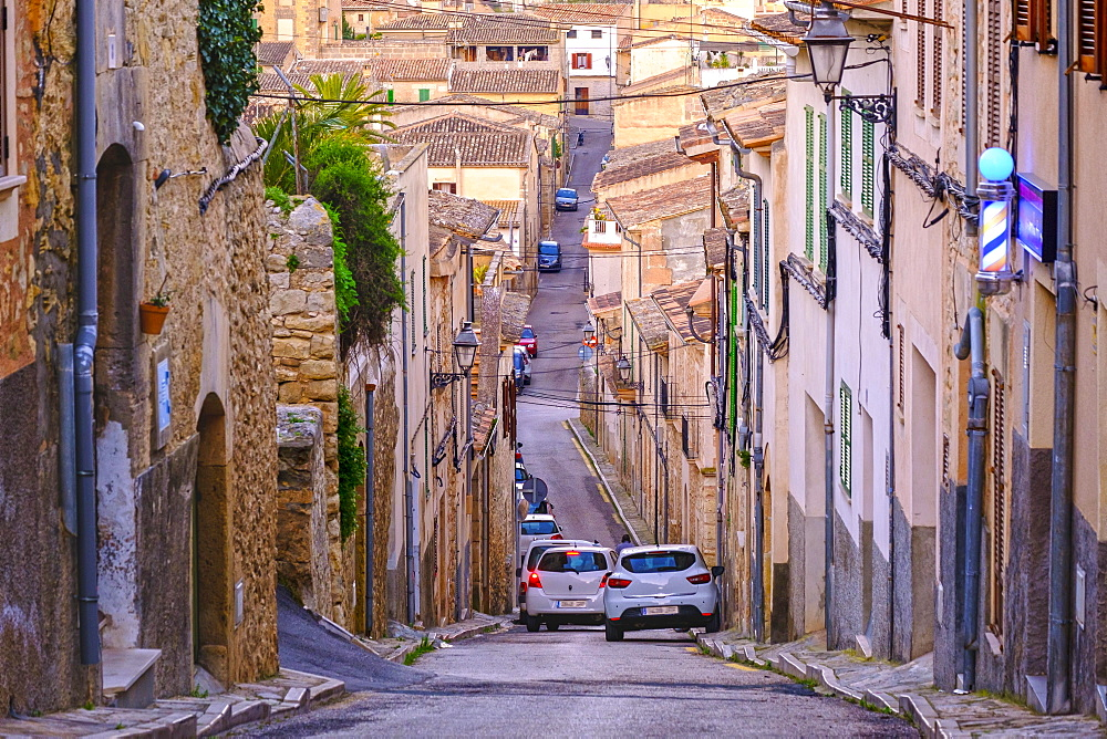 Steep narrow street in old town, Montuiri, Pla de Majorca region, Majorca, Balearic Islands, Spain, Europe