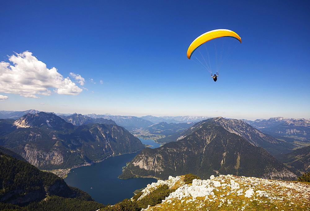 Paragliding on the Krippenstein with Hallstaettersee, Hallstatt, Salzkammergut, Upper Austria, Austria, Europe