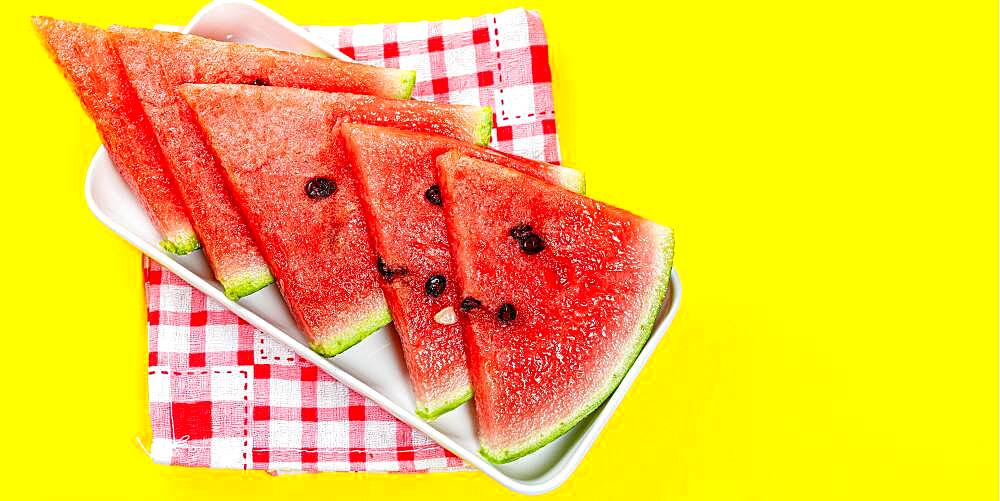 Pieces of watermelon in bowl on color background, sliced watermelon, healthy fruit - 832-388677