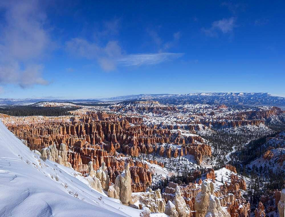 View of the rock formation Amphitheater, snowy bizarre rock landscape with hoodoos in winter, Inspiration Point, Bryce Canyon National Park, Utah, USA, North America