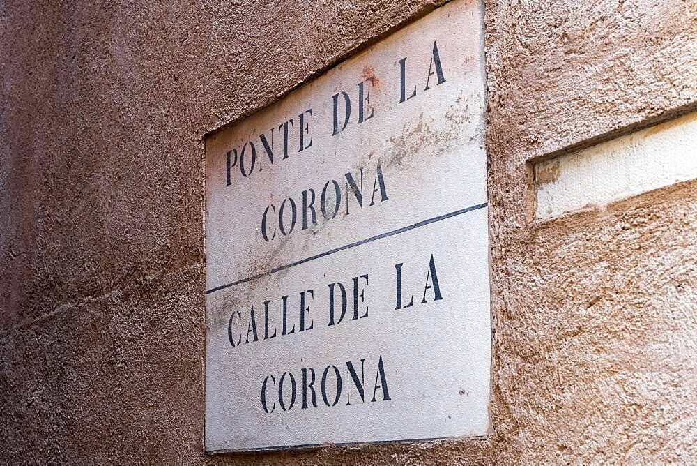 Road sign Calle de la Corona, signpost to Ponte de la Corona, Venice, Veneto, Italy, Europe