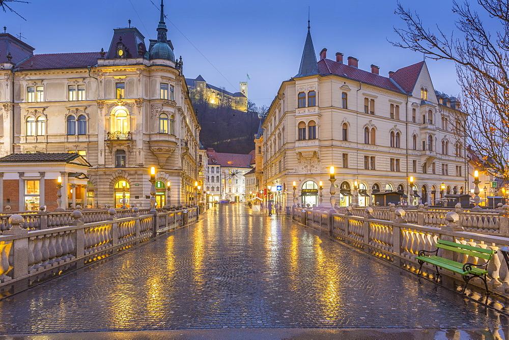 View from Plaza Prěsernov over Triple Bridge toward Ljubljana Castle, Ljubljana, Slovenia, Europe
