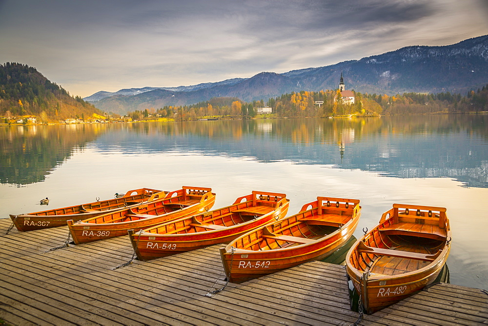 View of rowing boats on Lake Bled and Santa Maria Church (Church of Assumption), Gorenjska, Slovenia, Europe