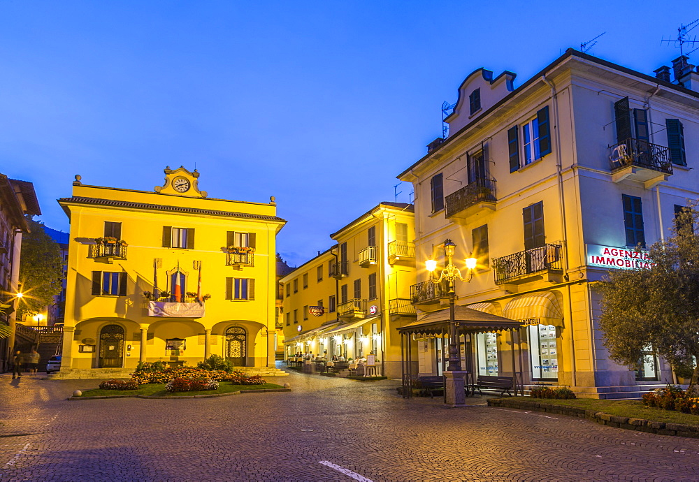 View of restaurant and architecture at dusk in Stresa, Lago Maggiore, Piedmont, Italian Lakes, Italy, Europe