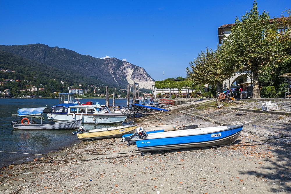 Boats on beach of Isola dei Pescatori, Borromean Islands, Lago Maggiore, Piedmont, Italy, Europe - 844-17881