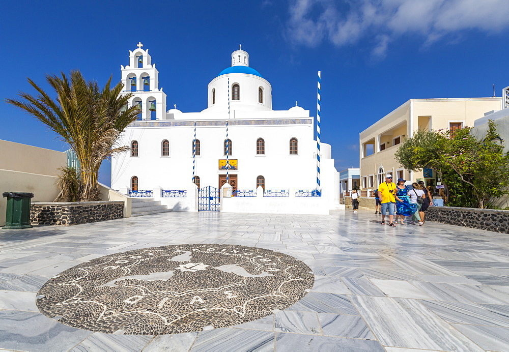 View of Ekklisia Panagia Platsani in Oia village, Santorini, Cyclades, Aegean Islands, Greek Islands, Greece, Europe