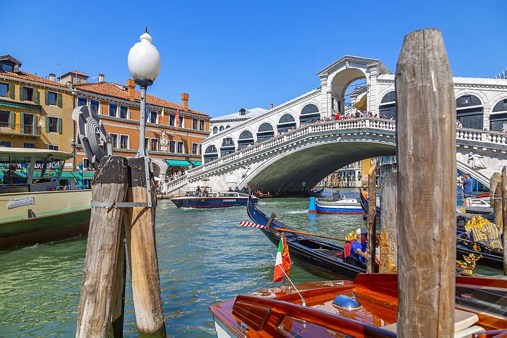 View of Rialto Bridge, Grand Canal and boats, Venice, UNESCO World Heritage Site, Veneto, Italy, Europe