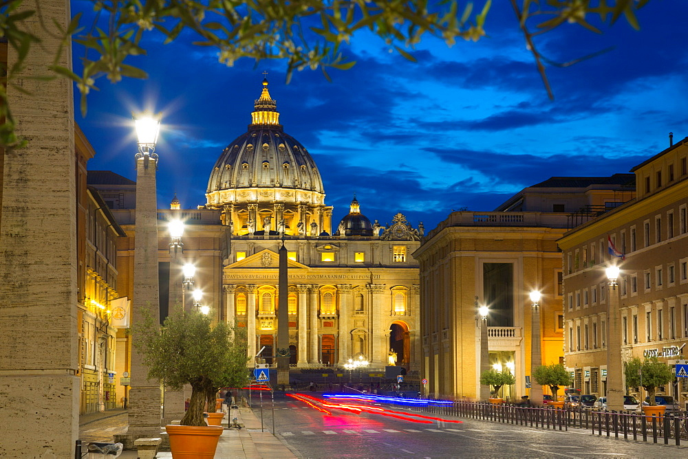 St. Peters and Piazza San Pietro at dusk, Vatican City, UNESCO World Heritage Site, Rome, Lazio, Italy, Europe