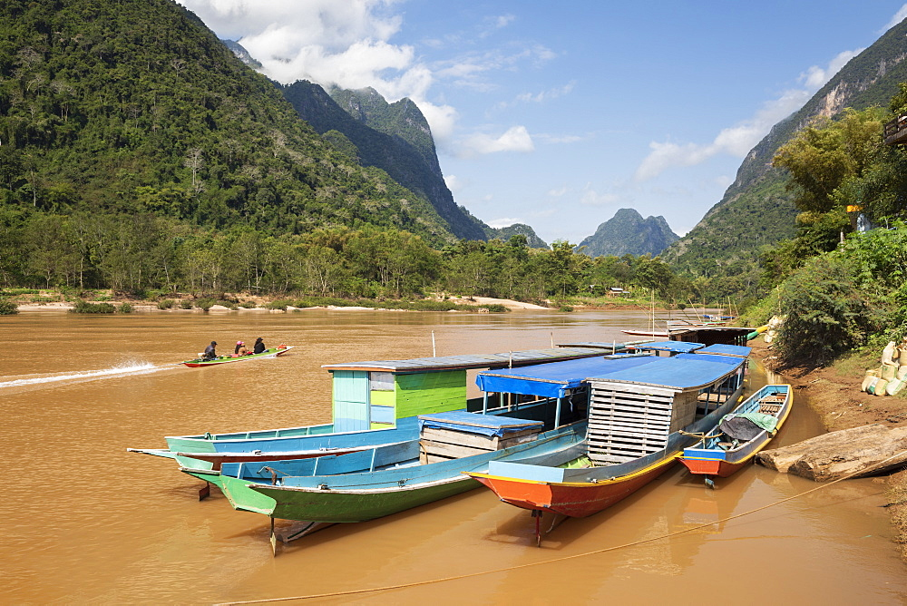 Boats docked on the Nam Ou River at Muang Ngoi Neua looking north, Luang Prabang Province, Northern Laos, Laos, Indochina, Southeast Asia, Asia - 846-2978