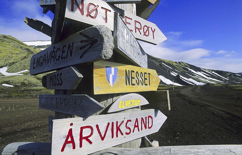Signpost in Olonkinbyen, Bay B¬tvika. Jan Mayen, North Atlantic Island - 909-137