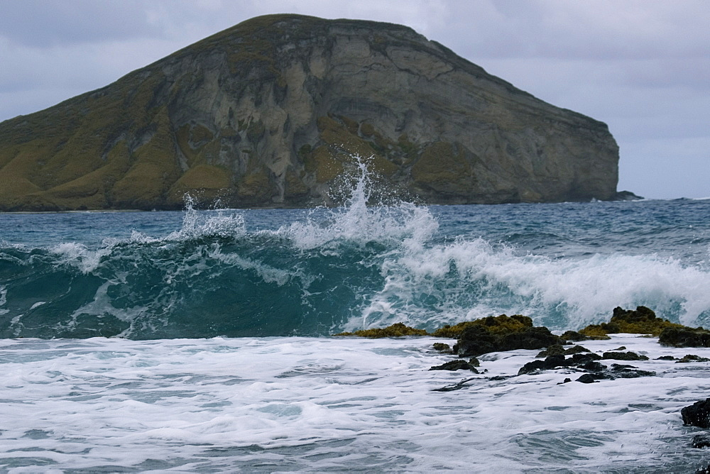 Wave breaking and Manana Island (Rabbit Island), Oahu, Hawaii, United States of America, Pacific