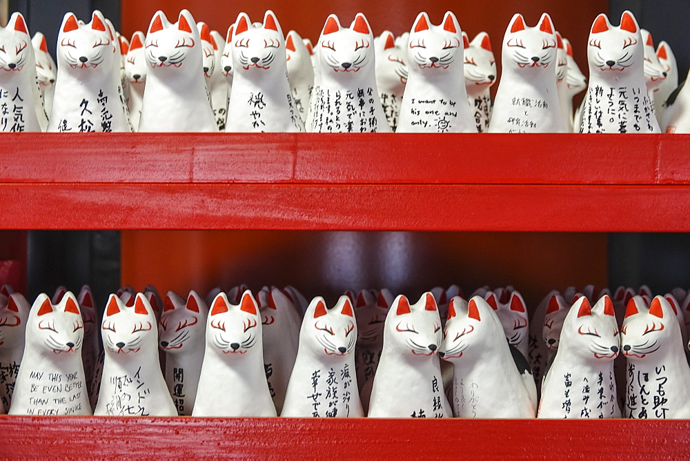 Japanese lucky cat models, Tokyo, Japan, Asia - 958-1193