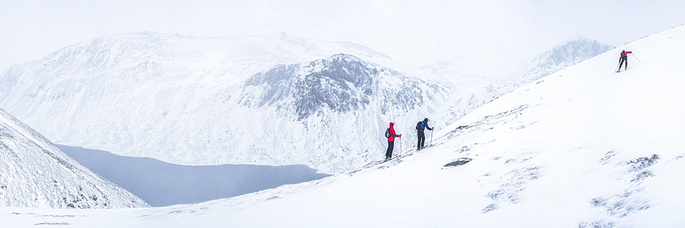 Ski touring at Loch Avon on the River Avon, Cairngorms National Park, Scotland, United Kingdom, Europe