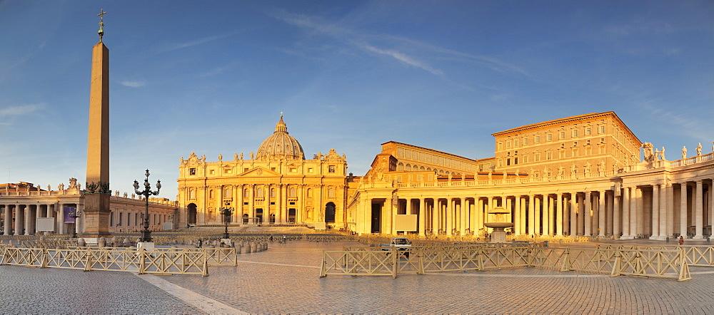 St. Peter's Basilica (Basilica di San Pietro), St. Peter's Square (Piazza de San Pietro), UNESCO World Heritage Site, Vatican City, Rome, Lazio, Italy, Europe