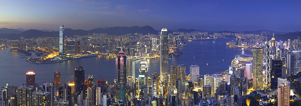 Skyline of Hong Kong Island and Kowloon from Victoria Peak at dusk, Hong Kong Island, Hong Kong - 800-3542