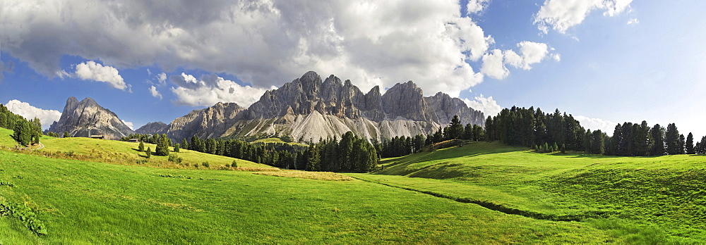 Panoramic view of the Rungtscher Wiesen meadows near Halslhuette mountain lodge and Edelweisshuette mountain lodge, view of the Afer Geisler group and Peitlerkofel mountain, Wuerzjoch ridge, Villnoesstal valley, Dolomites, province of Bolzano-Bozen, Italy