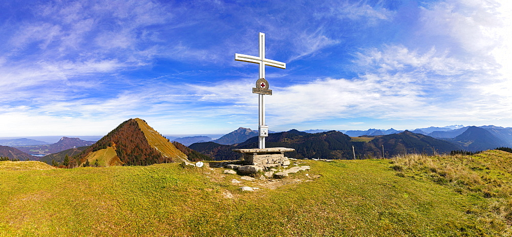 Summit cross on the Loibersbacher Hoehe, behind it Faistenauer Schafberg, Osterhorn Group, Faistenau, Salzkammergut, Province of Salzburg, Austria, Europe
