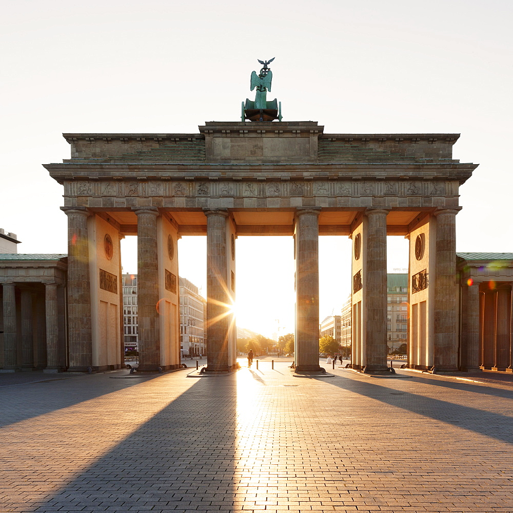 Brandenburg Gate (Brandenburger Tor) at sunrise, Platz des 18 Marz, Berlin Mitte, Berlin, Germany, Europe
