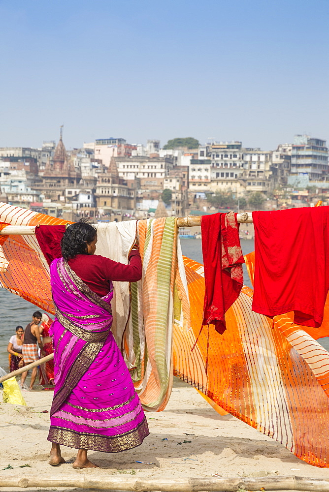Hanging up washing on banks of Ganges River, Varanasi, Uttar Pradesh, India, Asia