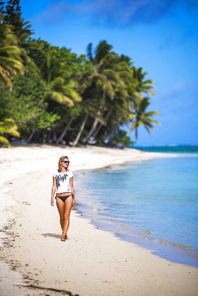 Woman walking along a tropical beach, Rarotonga Island, Cook Islands, South Pacific, Pacific - 1109-2879