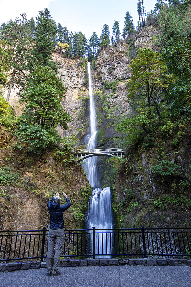 Multnomah Falls, the tallest waterfall in the state of Oregon at 620 ft. in height, Columbia River Gorge, Oregon, USA.