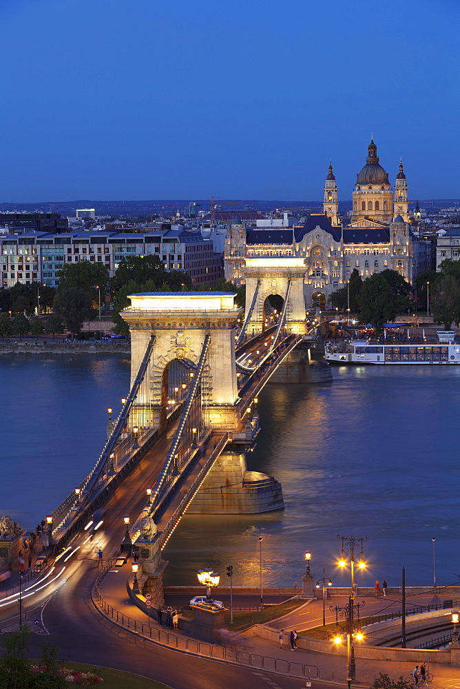 Chain Bridge over Danube River, UNESCO World Heritage Site, Hotel Four Seasons Gresham Palace, Budapest, Hungary, Europe