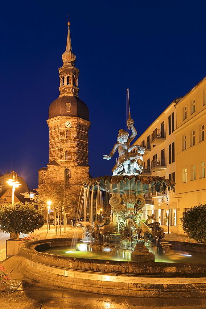 Sendigbrunnen am Marktplatz, St.Johannis Kirche hinten, Bad Schandau, Sächsische Schweiz, Sachsen, Deutschland - 1160-4019