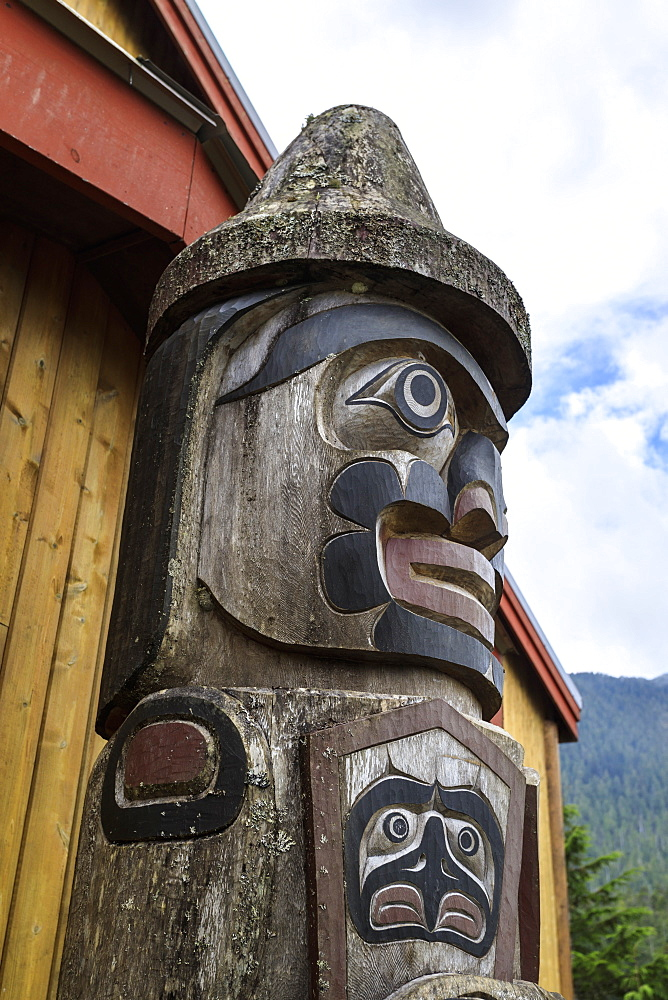 Carved totem, The Big House, Klemtu, First Nations Kitasoo Xai Xais community, Great Bear Rainforest, British Columbia, Canada, North America