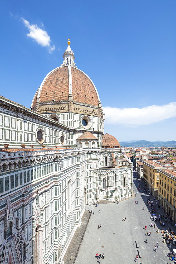 The ancient Duomo di Firenze built with polychrome marble panels and Brunelleschi's Dome, Florence, UNESCO World Heritage Site, Tuscany, Italy, Europe