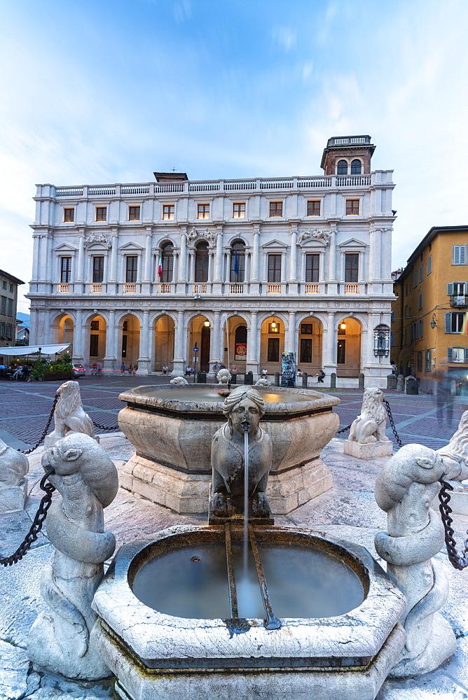 Contarini Fountain and Biblioteca Civica Angelo Mai, Piazza Vecchia, Citta Alta (Upper Town), Bergamo, Lombardy, Italy, Europe