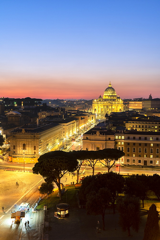 Sunrise over St. Peter's Basilica (Basilica di San Pietro) view from Castel Sant'Angelo, Vatican City, UNESCO World Heritage Site, Rome, Lazio, Italy, Europe