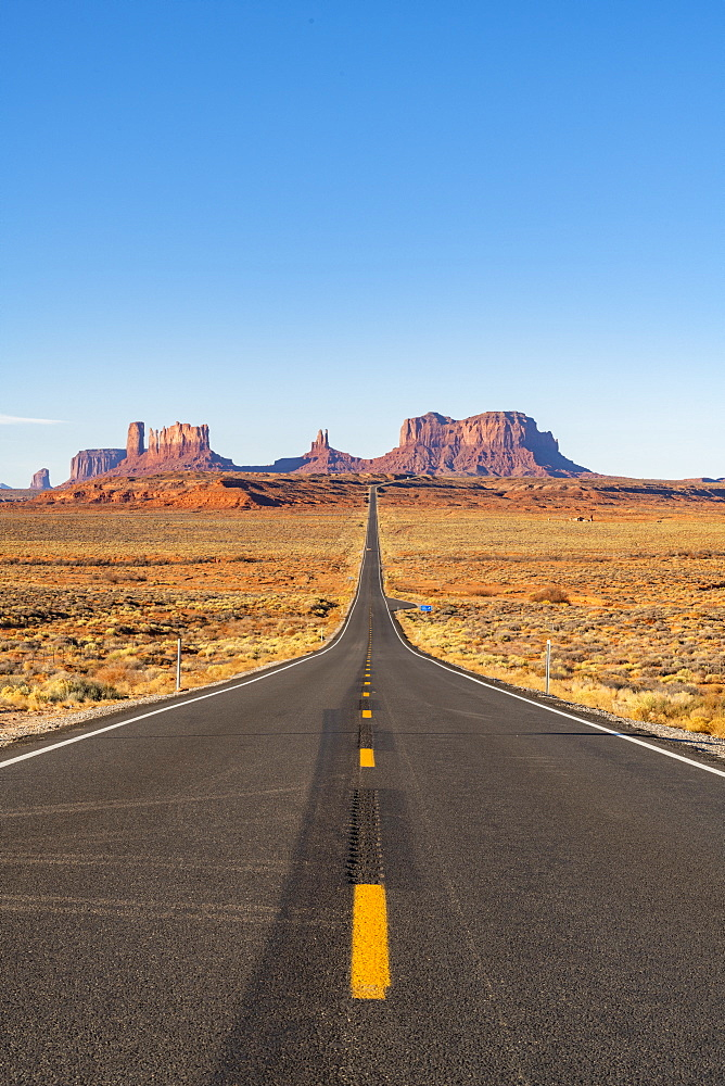The road leading up to Monument Valley Navajo Tribal Park on the Arizona-Utah border, United States of America, North America