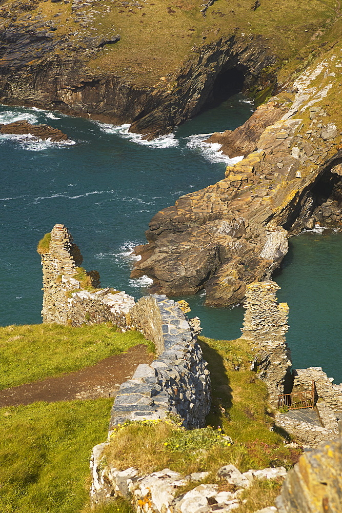 The Medieval ruins of Tintagel Castle, allegedely the birthplace of King Arthur, on Atlantic coast cliffs at Tintagel, Cornwall. - 1202-344