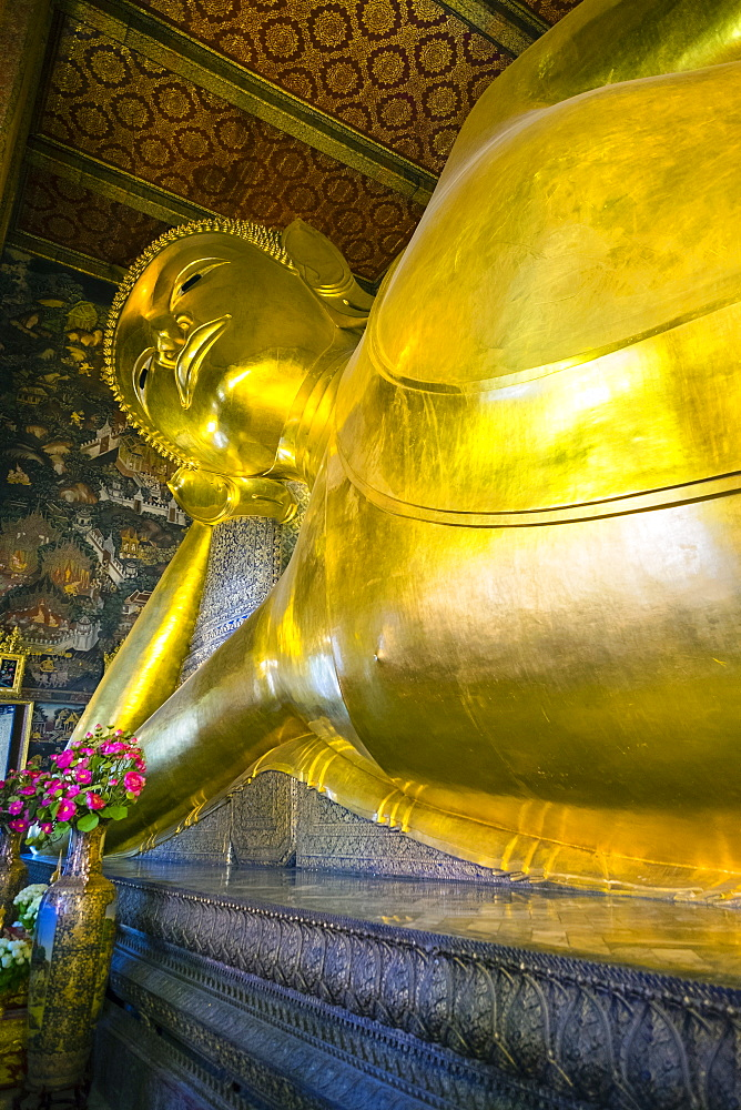 Giant reclining Buddha, Wat Pho (Temple of the Reclining Buddha), Bangkok, Thailand, Southeast Asia, Asia
