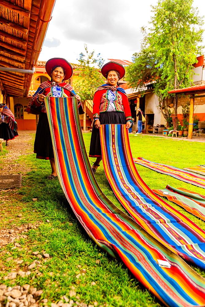 Kantu weavers in Chincheros, Peru, South America