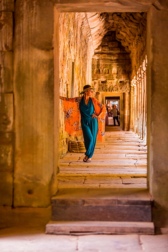 American woman tourist at Angkor Wat temples, Angkor, UNESCO World Heritage Site, Siem Reap, Cambodia, Indochina, Southeast Asia, Asia - 1218-834