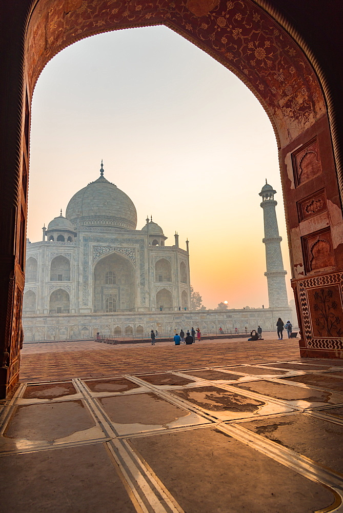 Sun rises behind the Taj Mahal, UNESCO World Heritage Site, Agra, Uttar Pradesh, India, Asia