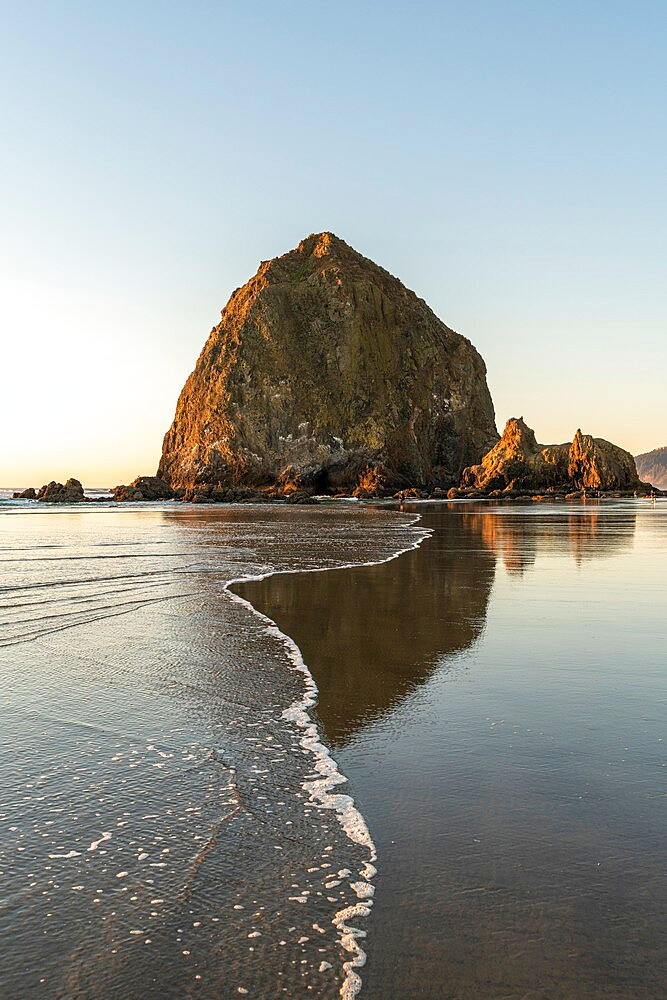 Haystack Rock with low tide, Cannon Beach, Clatsop county, Oregon, United States of America, North America - 1251-559